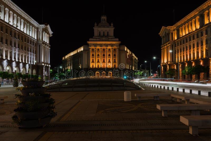 El centro de ciudad de Sofía en la noche, Bulgaria Edificios de la presidencia, del Consejo de Ministros y de la casa anterior de foto de archivo libre de regalías