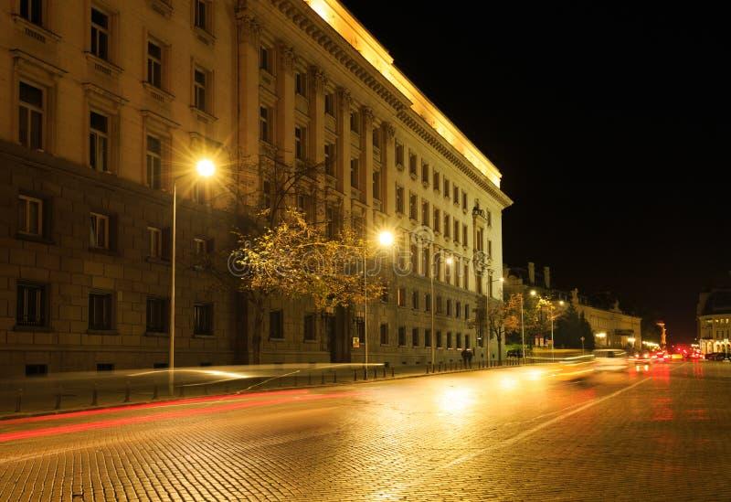 El centro de Sofía, Bulgaria por noche foto de archivo