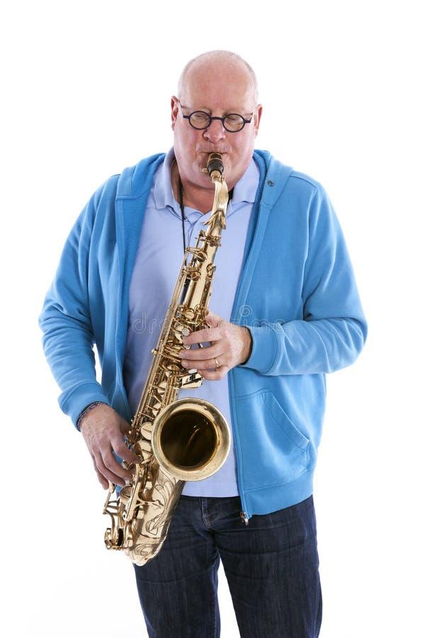 El centro envejeció juegos del hombre el saxofón del tenor contra el estudio blanco b fotos de archivo libres de regalías