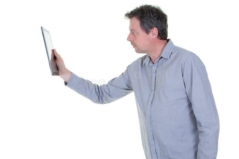 El centro hermoso envejeció al hombre usando una tableta digital en el fondo blanco fotografía de archivo libre de regalías