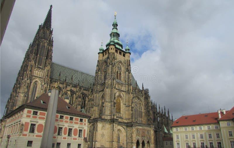 El centro histórico de Praga es la ciudad vieja En el fondo, la catedral del ` s del St Witt es el punto más alto de la capital c fotografía de archivo
