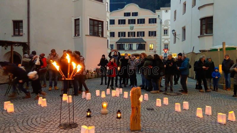 El centro histórico de Rattenberg iluminó con las velas en el tiempo de la Navidad imagen de archivo libre de regalías