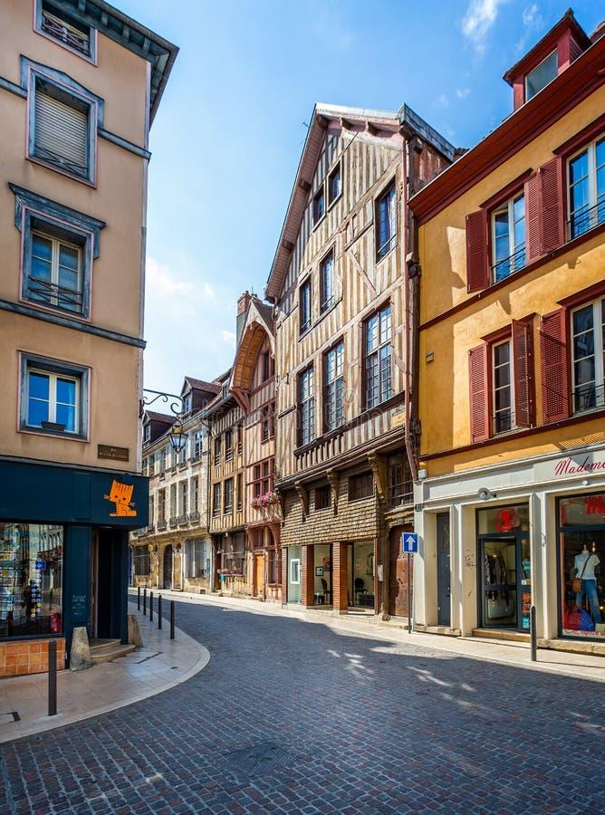 El centro histórico de Troyes con mitad enmaderó edificios fotografía de archivo libre de regalías