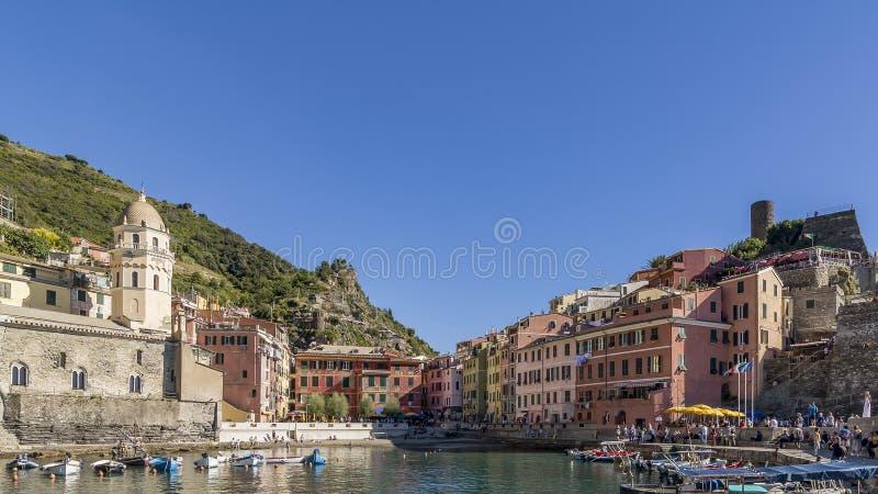 El centro histórico de Vernazza en un día soleado y un cielo azul, Cinque Terre, Italia foto de archivo