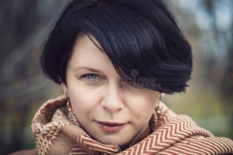 El centro moreno envejeció a la mujer afuera en parque del otoño fotos de archivo libres de regalías