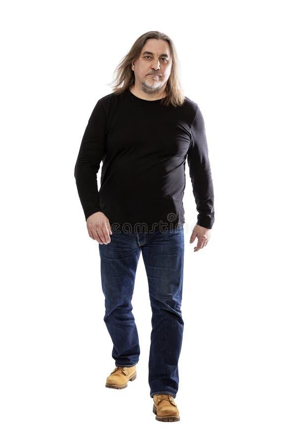 El centro resuelto serio envejeció al hombre con el pelo largo altura completa Aislado en un fondo blanco imagen de archivo libre de regalías