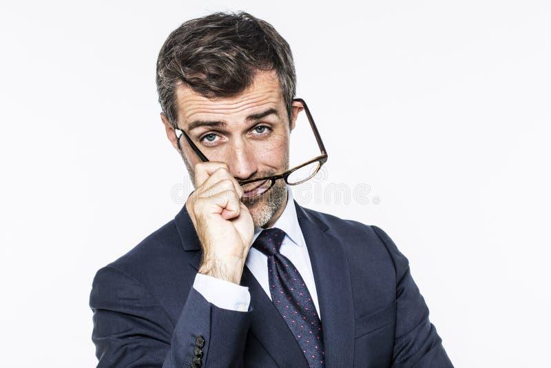 El centro sonriente envejeció al hombre de negocios que ponía sus lentes para la visión corporativa fotografía de archivo libre de regalías
