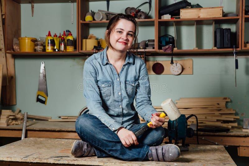 El centro trabajador del retrato envejeció el taller o el garaje femenino profesional adulto del trabajador del carpintero fotografía de archivo libre de regalías