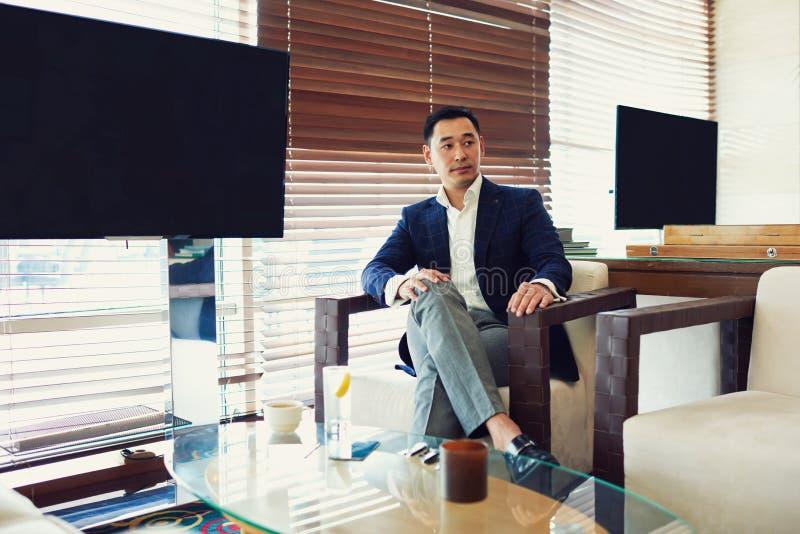 El CEO acertado masculino asiático está esperando encontrando con a socios fotografía de archivo