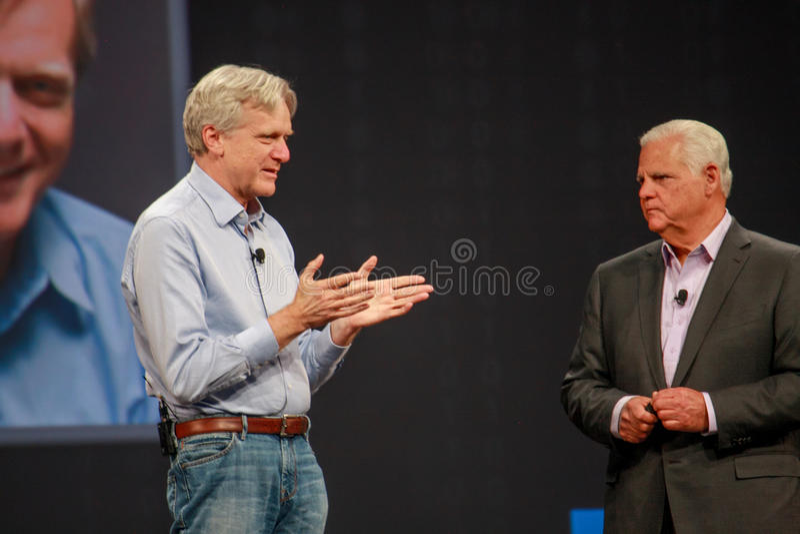 El CEO Joe Tucci del EMC (derecho) conversa con el fundador de la compañía Andy Bechtolsheim de DSSD imágenes de archivo libres de regalías