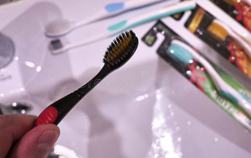 El cepillo de repuesto va al cepillo de dientes eléctrico Limpie mucho más con eficacia foto de archivo