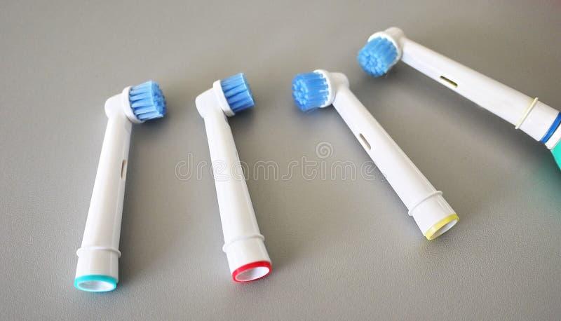 El cepillo de repuesto va al cepillo de dientes eléctrico Limpie mucho más con eficacia fotos de archivo