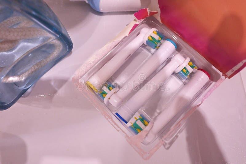 El cepillo de repuesto va al cepillo de dientes eléctrico Limpie mucho más con eficacia imagen de archivo libre de regalías