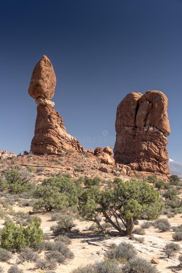 El cepillo equilibrado de la roca y del desierto, arquea el parque nacional Moab Utah fotos de archivo