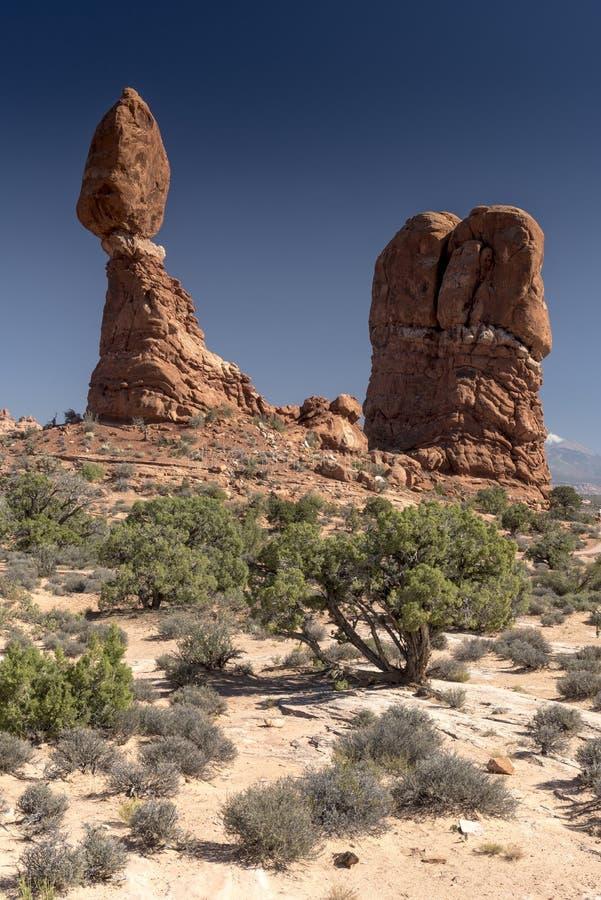 El cepillo equilibrado de la roca y del desierto, arquea el parque nacional Moab Utah fotografía de archivo