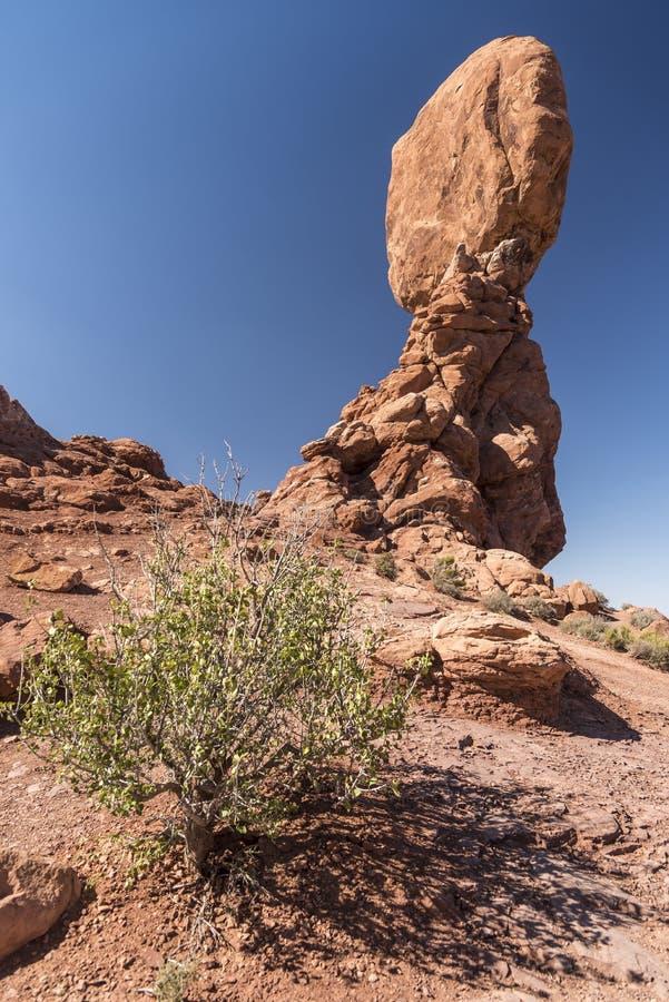 El cepillo equilibrado de la roca y del desierto, arquea el parque nacional Moab Utah fotos de archivo libres de regalías