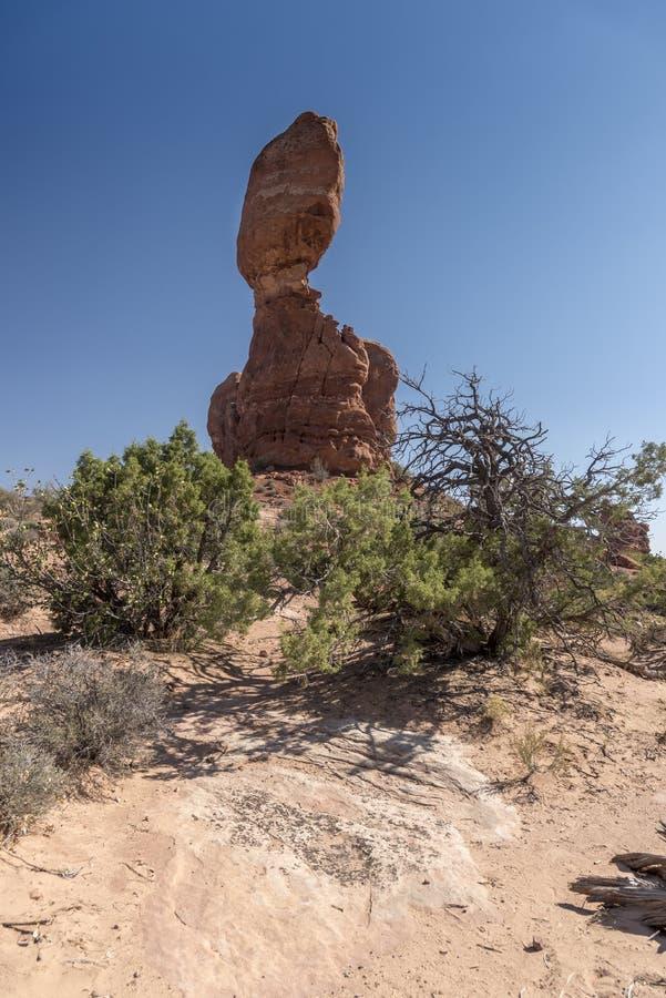 El cepillo equilibrado de la roca y del desierto, arquea el parque nacional Moab Utah foto de archivo libre de regalías