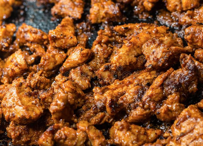 El cerdo frito tajó la rebanada de filete en la salsa que cocinaba la carne en freír imagen de archivo libre de regalías