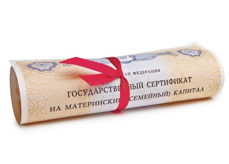 El certificado del estado del capital de familia maternal de la Federación Rusa, rodó para arriba en una voluta con una cinta roj imágenes de archivo libres de regalías