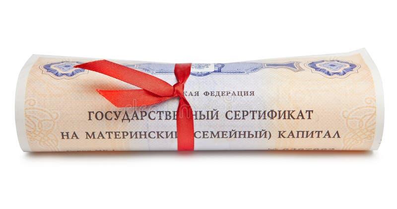 El certificado del estado del capital de familia maternal de la Federación Rusa, rodó para arriba en una voluta con una cinta roj fotografía de archivo libre de regalías