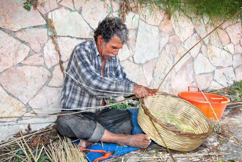 El cesta-fabricante en Parga, Grecia imagen de archivo