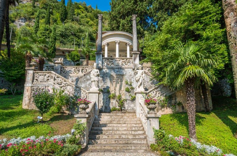 El chalet hermoso Monastero en Varenna en un día de verano soleado Lago Como, Lombardía, Italia fotos de archivo
