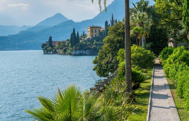 El chalet hermoso Monastero en Varenna en un día de verano soleado Lago Como, Lombardía, Italia imagen de archivo libre de regalías