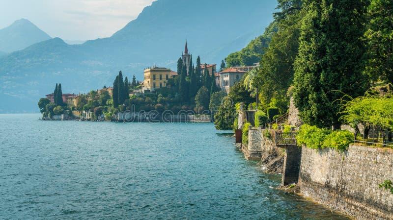 El chalet hermoso Monastero en Varenna en un día de verano soleado Lago Como, Lombardía, Italia imagen de archivo