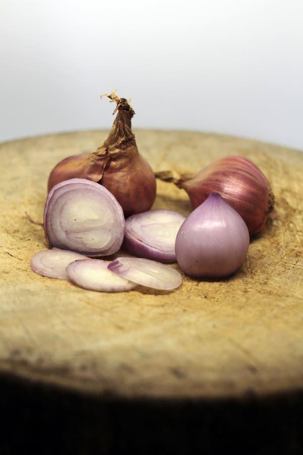 El chalote es popular para cocinar Chalotes en el fondo blanco imágenes de archivo libres de regalías