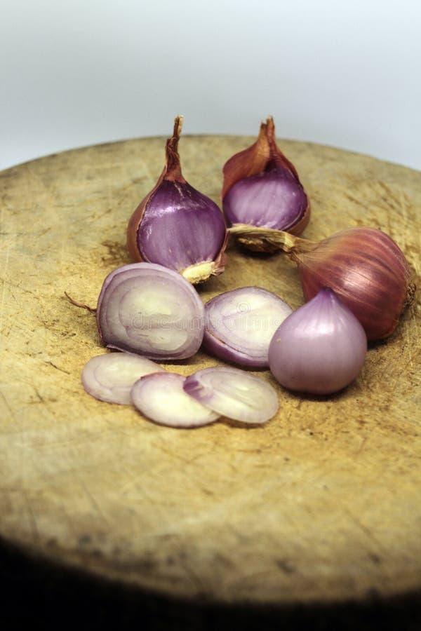 El chalote es popular para cocinar Chalotes en el fondo blanco fotografía de archivo