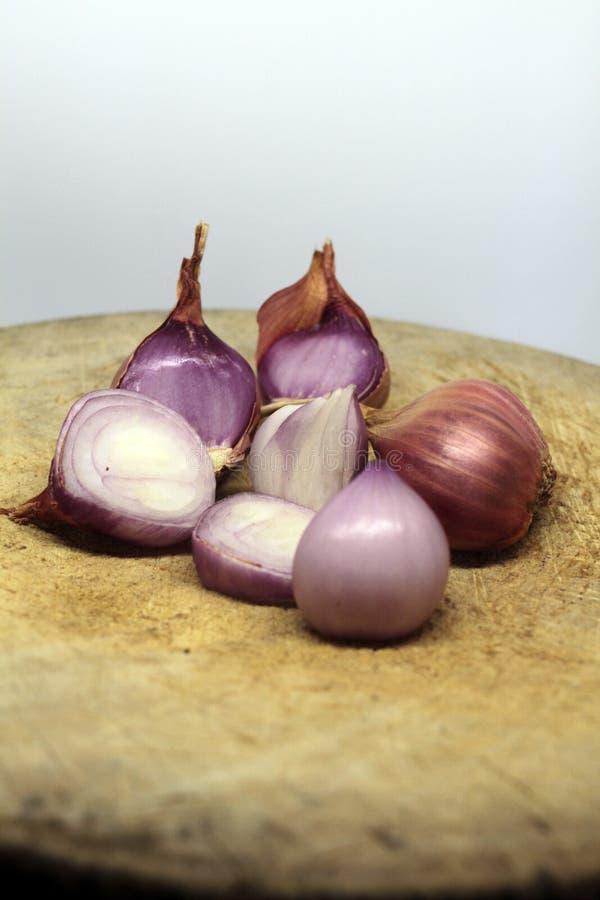 El chalote es popular para cocinar Chalotes en el fondo blanco foto de archivo libre de regalías