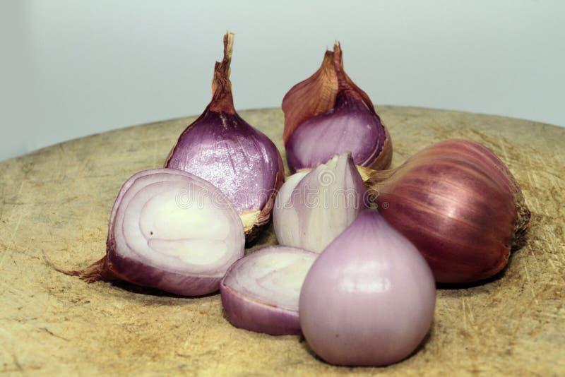El chalote es popular para cocinar Chalotes en el fondo blanco fotos de archivo