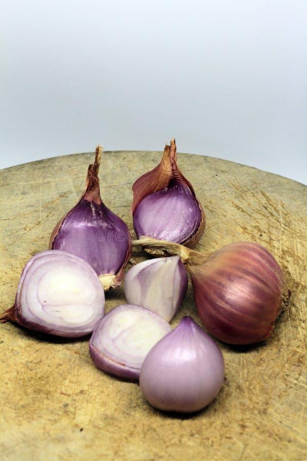 El chalote es popular para cocinar Chalotes en el fondo blanco foto de archivo
