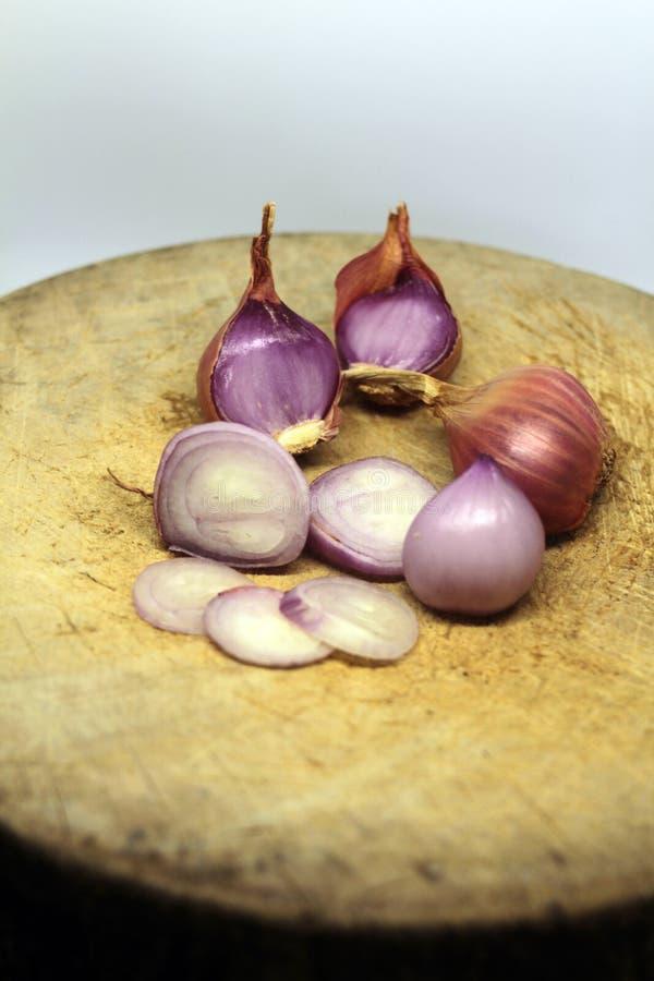 El chalote es popular para cocinar Chalotes en el fondo blanco fotografía de archivo libre de regalías