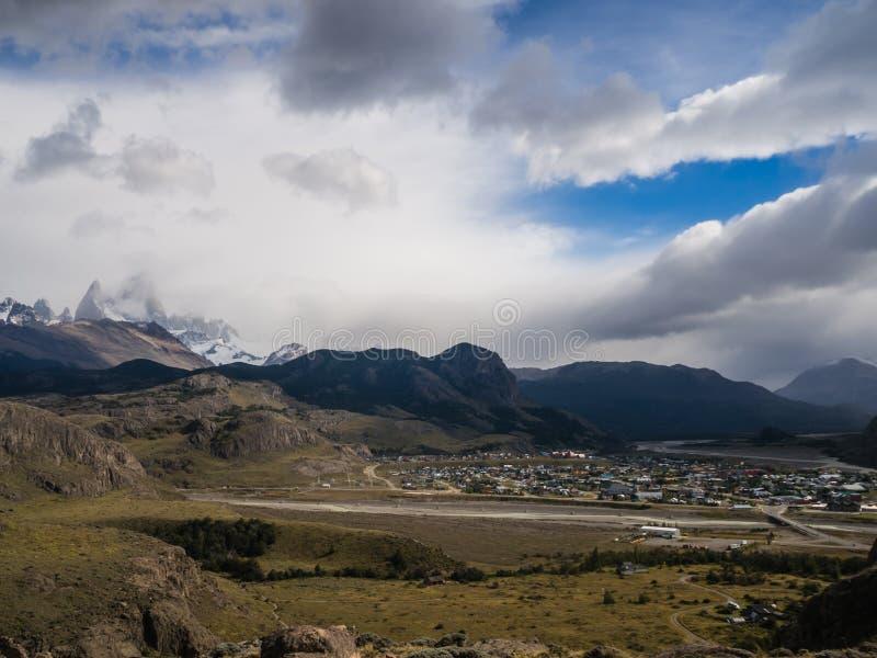 El Chalten med monteringen Fitz Roy baktill, Patagonia i Argentina arkivfoto