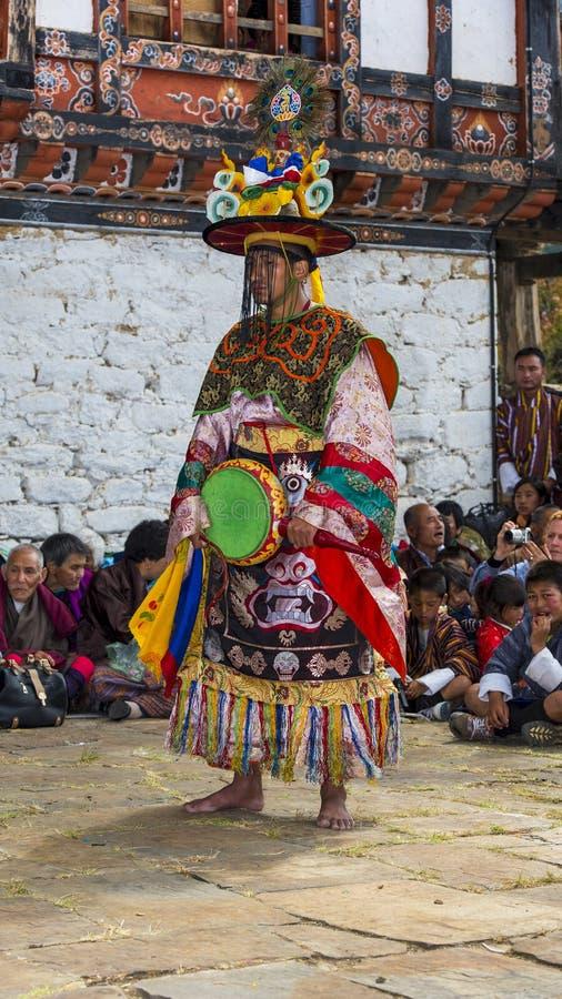 El Cham del Na de Sha, bailarín de la danza del sombrero negro sostiene un tambor, Prakar Lhakhang, Bumthang, Bhután central foto de archivo libre de regalías