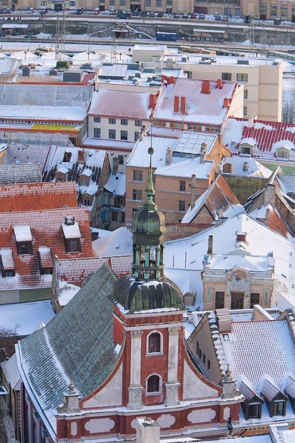 El chapitel de la sinagoga en la ciudad vieja de Riga en invierno foto de archivo libre de regalías