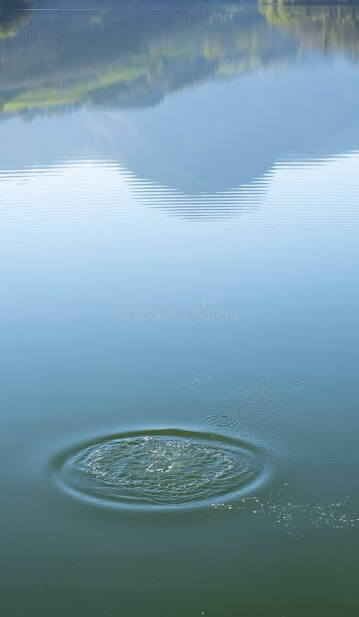 El chapoteo cae el lago y el soporte Txindoki reflejó en el agua, imagen de archivo libre de regalías