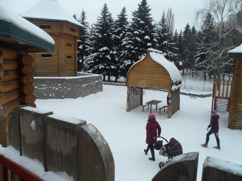 El children& x27; patio de s en el parque foto de archivo