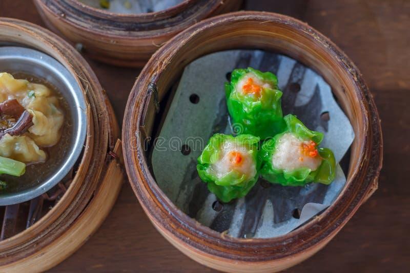 El chino coció las bolas de masa hervida del cerdo al vapor en los vapores de bambú, plato asiático imagen de archivo libre de regalías