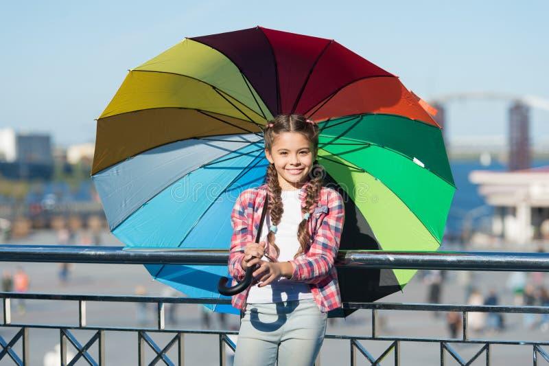 El chispear positivo y brillante fant Situación linda del niño de la muchacha con el paraguas colorido Niño bajo el paraguas Acce foto de archivo libre de regalías