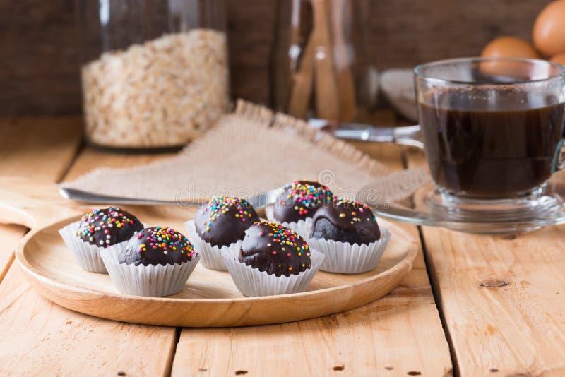 El chocolate colorido asperja en Cak recubierto de chocolate redondo sabroso imágenes de archivo libres de regalías