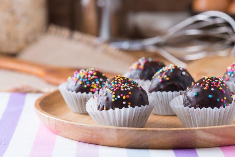 El chocolate colorido asperja en Cak recubierto de chocolate redondo sabroso fotos de archivo