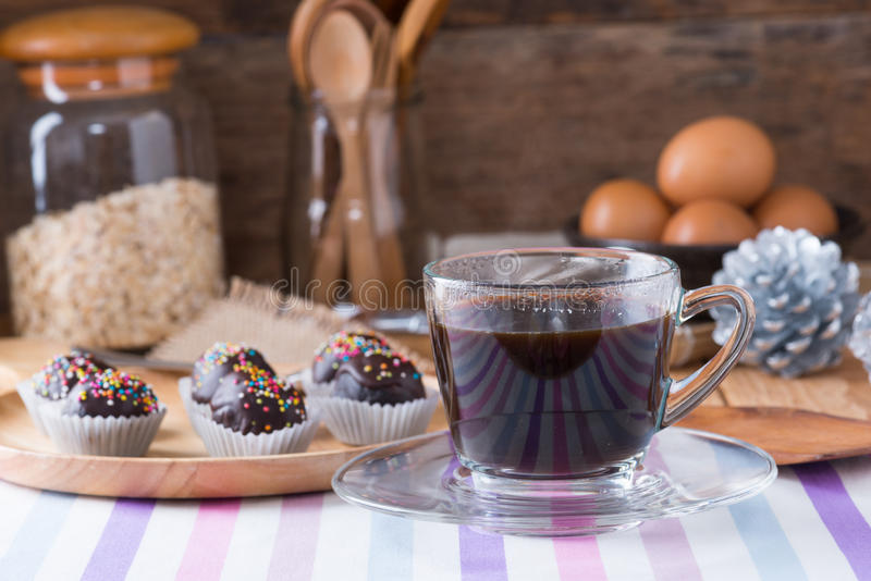 El chocolate colorido asperja en Cak recubierto de chocolate redondo sabroso foto de archivo