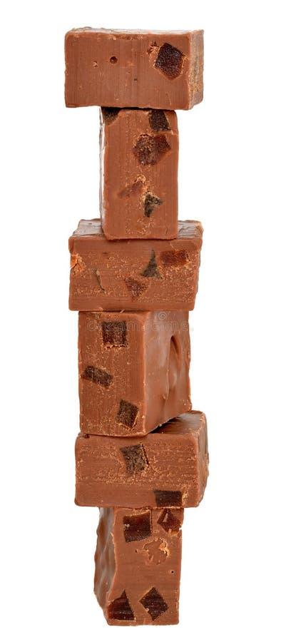 El chocolate cubica la torre llenada de la fruta escarchada anaranjada aislada imagenes de archivo