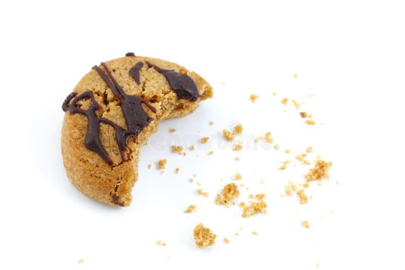 El chocolate cubrió la mordedura de las migas de la galleta fotografía de archivo