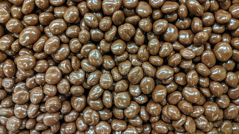 El chocolate cubrió las almendras en flojo imágenes de archivo libres de regalías