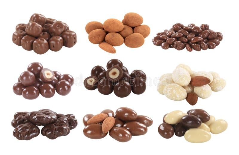 El chocolate cubrió tuercas y la fruta fotos de archivo