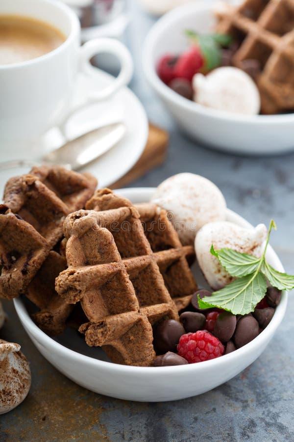 El chocolate se enrolla con los merengues y el café imagen de archivo
