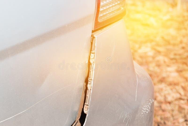 El choque de coche consigue dañado accidentalmente en el camino fotos de archivo